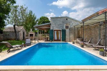 Moderne Villa mit Sonnenterrasse, Liegestühlen und Privatpool