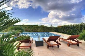 Große Villa mit Pool, Sonnenterrasse mit Lounge