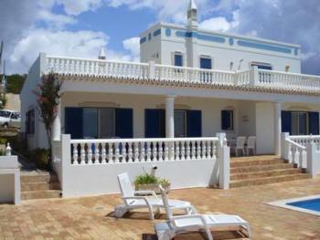 Ruhiggelegene Villa mit Pool und großer Sonnenterrasse