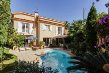 Luxus Villa am Cap d'Antibes, 300m vom Sandstrand, romantischer Außenbereich mit Sitzgelegenheit