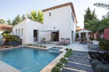 Stattliche Design Villa, 10 Gehminuten von Aix-en-Provence, gr. Esstisch im Außenbereich