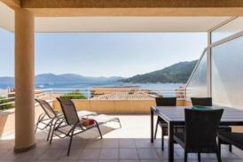 Lichtdurchflutetes Luxus Apartment in ruhiger Lage, modern möbeliert, großzügige und teils überdachte Terrasse mit Meeresblick