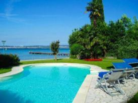 Villa auf Halbinsel Sirmione, direkte Seelage, Privatgarten mit Pool, privater Bootsanleger