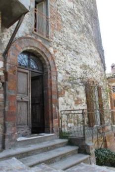 Wohnung auf zwei Etagen im Zentrum von Montefortino, bestehend aus drei gemütlichen Schlafzimmer, Wohnzimmer, Küche mit offenem Kamin und Bad