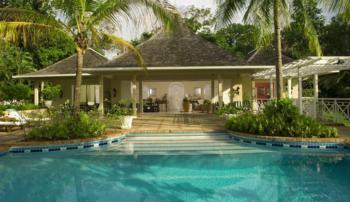 Exklusive Luxusvilla mit tropischem Garten, modernes Interieur, Meerespanorama
