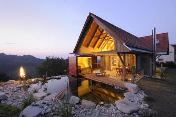 Idyllische gelegene Luxusvilla, Wellnessbereich, Naturteich, freistehende Wanne