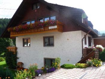 Haus Pfaff (Vöhrenbach). Ferienwohnung Nr. 1 DG, 2 Schlafräume (1 Dreibettzimmer für 2 Erwachsene und 1 Kind auch möglich für 3 Erwachsene)