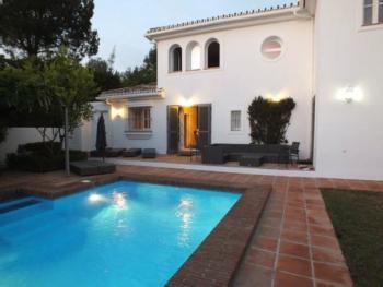 Luxuriöse Traumvilla in Bestlage, moderne Möblierung, gr. Küche, Garten