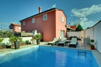 Luxuriöse Villa in ruhiger Lage, Klimaanlage, offene Küche, Gartengrill, umzäunt