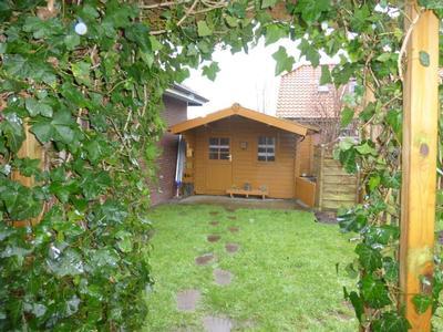 Blick in den Garten vom Ferienhaus mit Blockhütte für gemütliche Grillabende