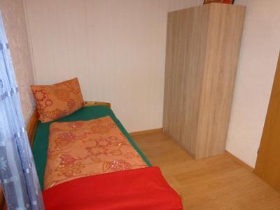 Schlafzimmer (2) mit 2 Einzelbetten, Kleiderschrank und Außenjalousie. 1 Zustellbett möglich.