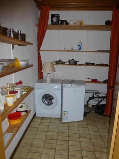 Abstellraum (Zugang von der Küche) mit Waschmaschine, Gefrierschrank, Mikrowelle, Putzutensilien, S