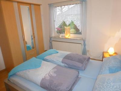 Schlafzimmer (1) mit Doppelbett, Außenjalousie, Kleiderschrank und 2 Nachttischen
