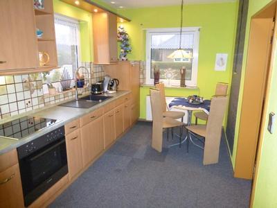 Gut ausgestattete Küche mit Eßbereich, Geschirrspülmaschine und vielem mehr.