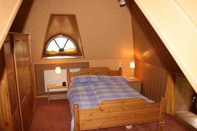 Schlafzimmer oben, Bett 1,80, hier nur die Hälfte des Raumes, andere Seite stehen Kinderbett, Schra