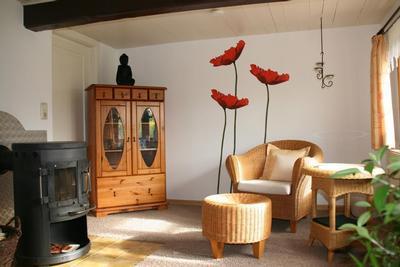 Wohnzimmer mit Sitzecke und Ofen