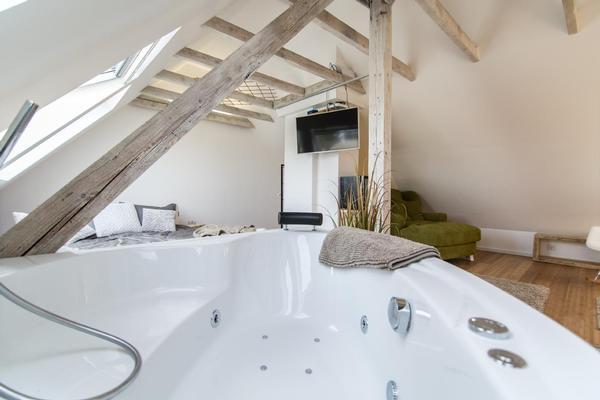 luxussuite mit whirlpool sonos und 3d tv. Black Bedroom Furniture Sets. Home Design Ideas