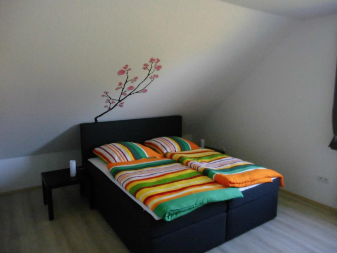 Masterschlafzimmer mit begehbarem Kleiderschrank, TV und eigenem Bad