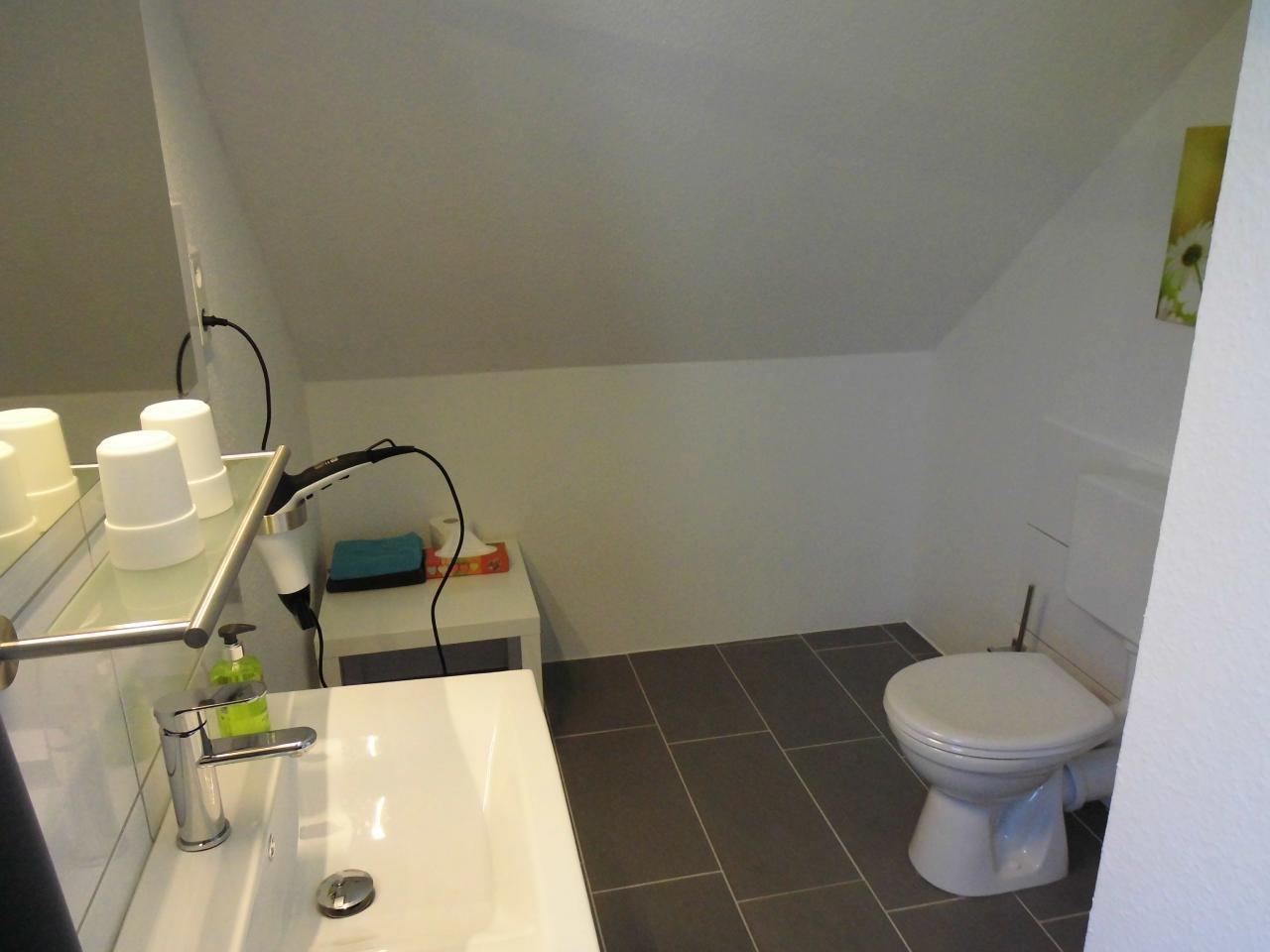 Masterbad mit ebenerdiger Dusche ist nur durch das Masterschlafzimmer zu erreichen
