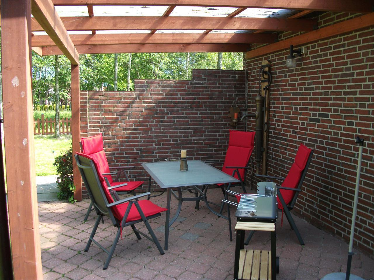Terrasse mit Grill und Sitzgruppe