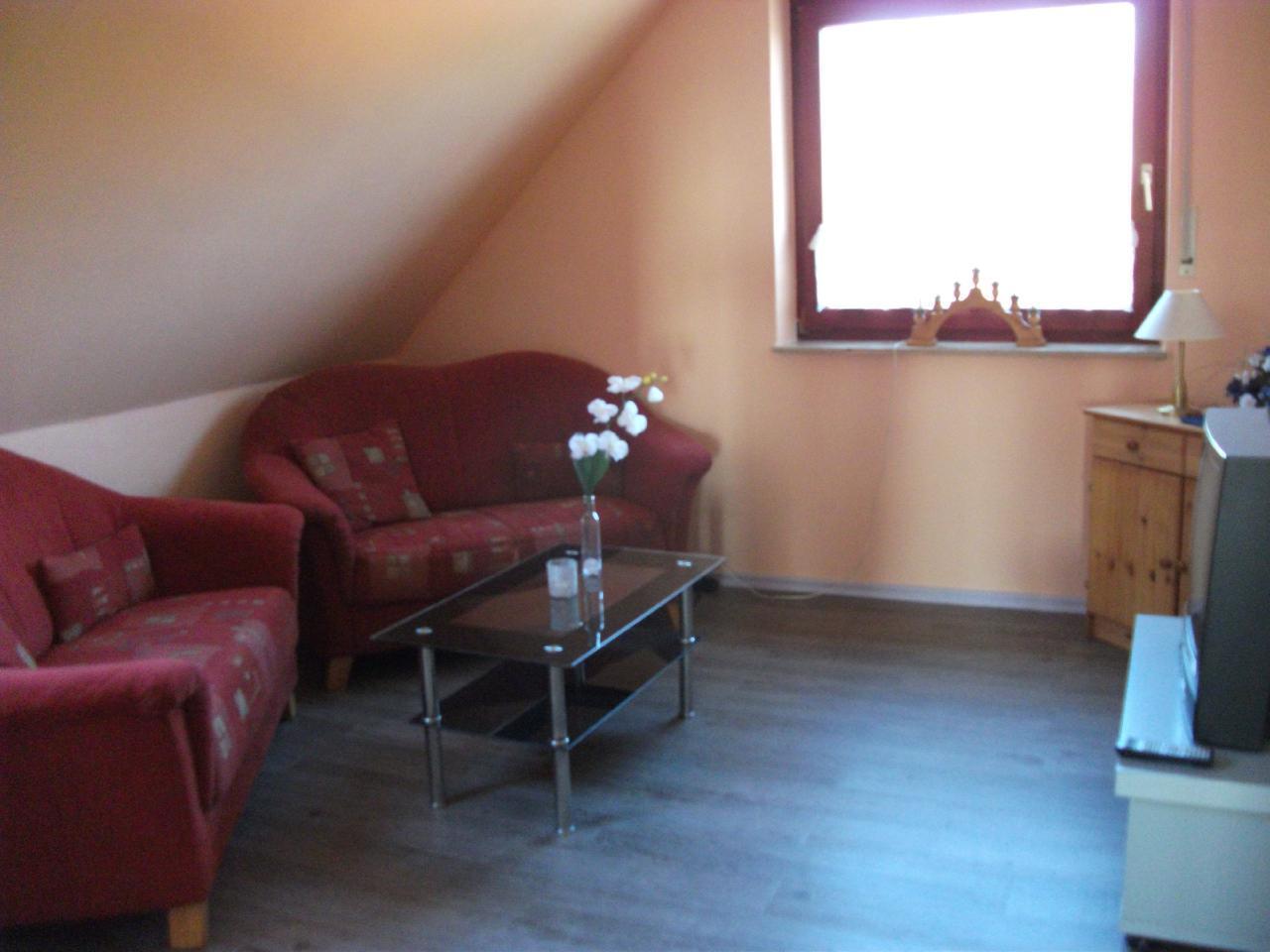 Wohnzimmer mit zwei Zweiersofas