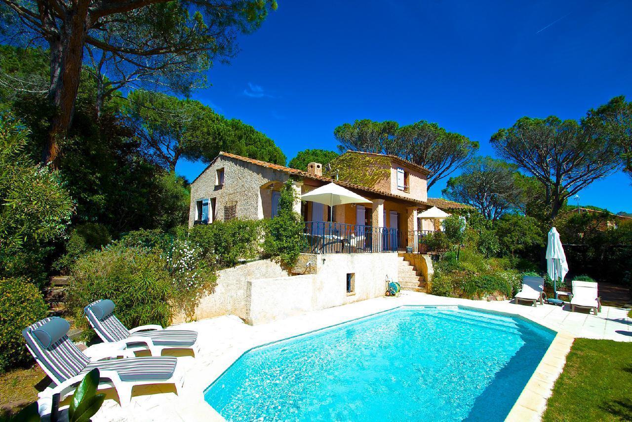 Ferienhaus Charmante Villa mit Pool und drei Schlafzimmern auf Golfplatz in Strandnähe (2060653), Saint Raphaël, Côte d'Azur, Provence - Alpen - Côte d'Azur, Frankreich, Bild 2