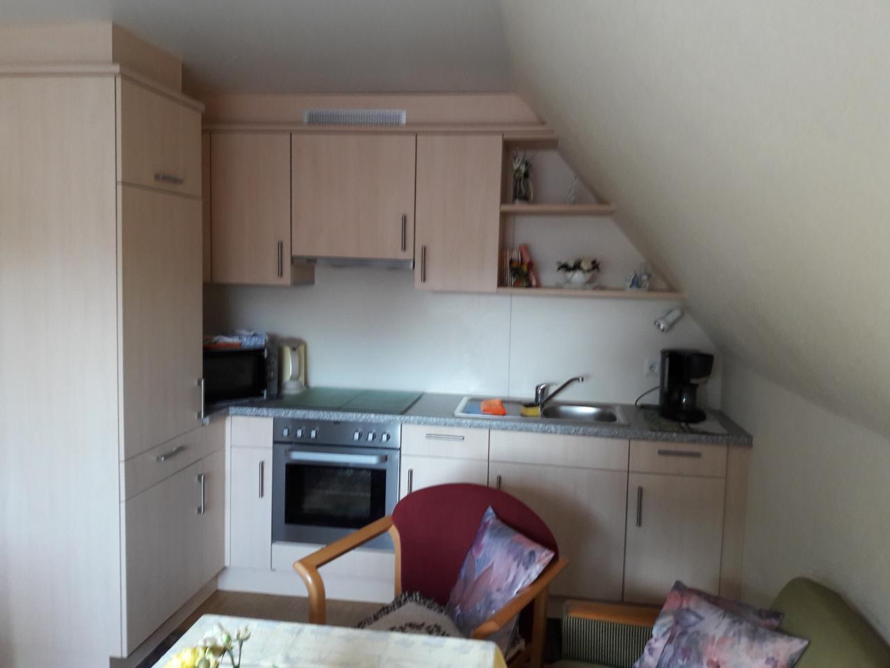 Kochnische - Herd mit Ceranplatte, Mikrowelle, Wasserkocher, Kühlschrank mit Gefrierfach und viele