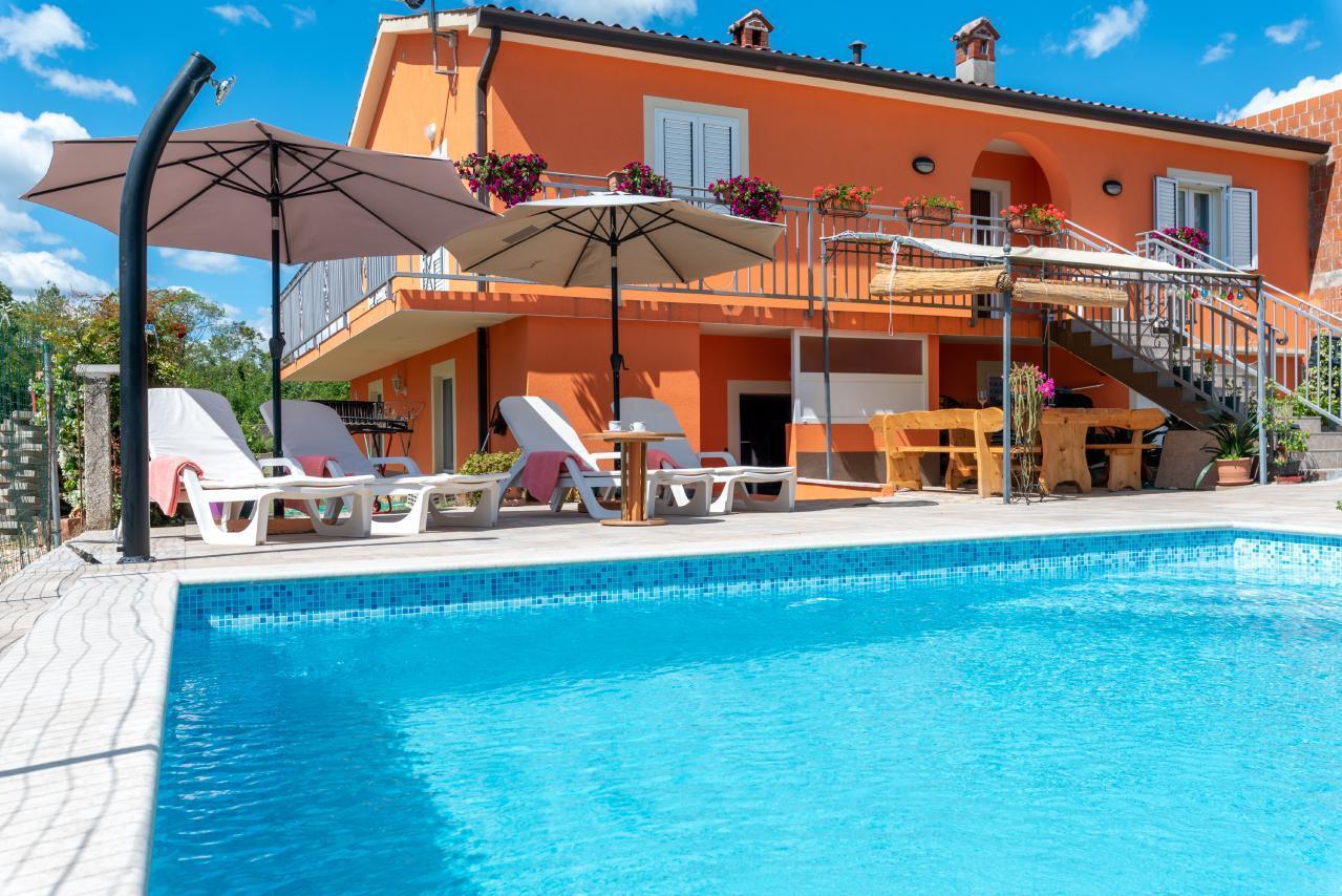 Haus Orange - Familienfreundliche Lage mit Pool un Ferienhaus in Kroatien