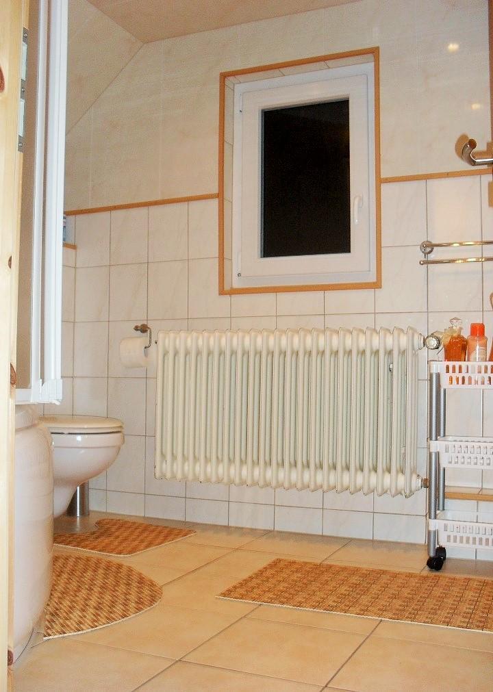 Badezimmer/ Eckwanne/ WC