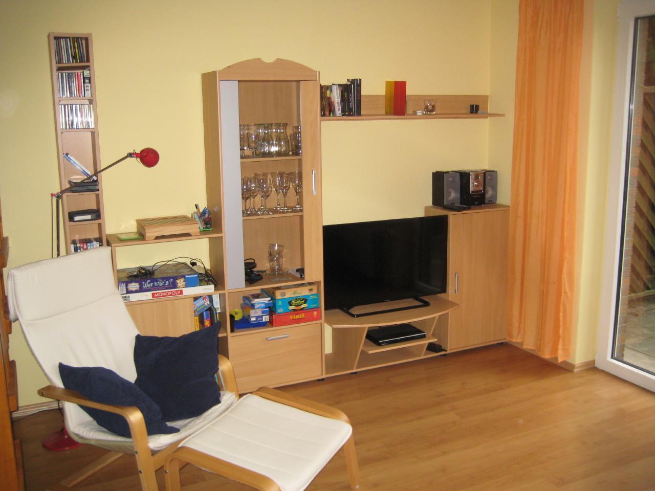 Wohnzimmer mit Leseecke, Flachbild-TV, DVD-Player und Stereoanlage