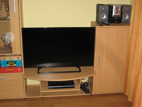 Flachbild-TV mit DVD-Player und Stereoanlage
