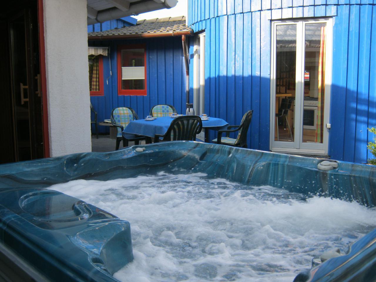 Whirlpool vor den Saunahaus