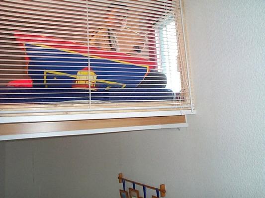 Schlafkoje ist mit einer Glasscheibe zum Treppenhaus getrennt