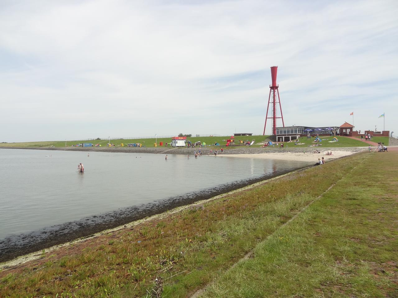 Strandecke mit Leuchtfeuer und Strandhalle