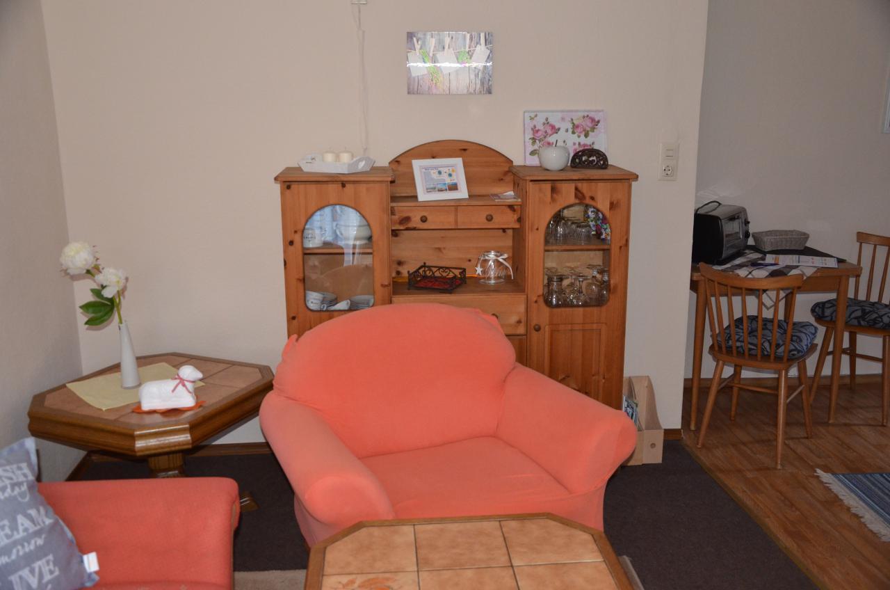 Unten, kleiner Wohnbereich mit Übergang zur Küche