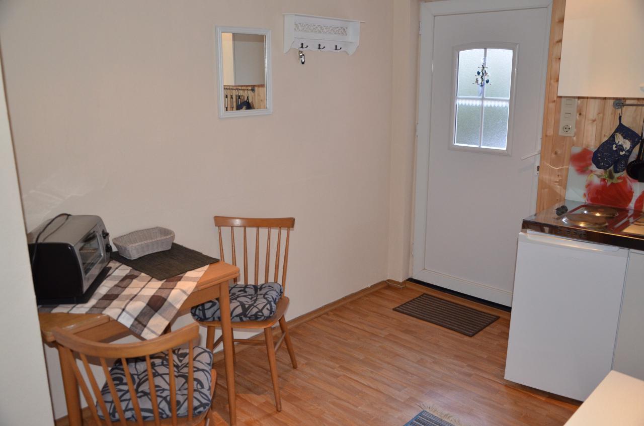 Unten, die kleine Küche mit Sitzecke.