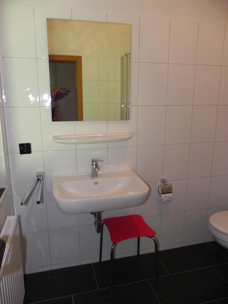komplett erneuertes Badezimmer mit Glasduschabtrennung