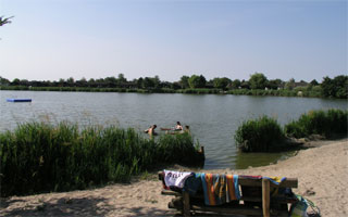 Sandliegewiese direkt am eigenen, 45.000 qm großen Binnensee