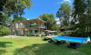 """Ferienhaus """"Ökologisches, lichtdurchflutetes Ferienhaus mit großem Außenpool, Sauna und Fitnessbereich"""""""