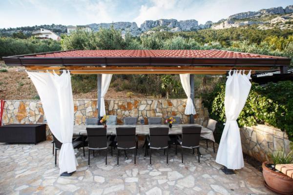 luxusvilla am meer mit pool whirlpool und herrlicher aussicht. Black Bedroom Furniture Sets. Home Design Ideas