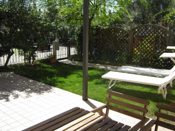 helle erdgeschosswohnung mit gro en fenstern mit veranda und garten. Black Bedroom Furniture Sets. Home Design Ideas