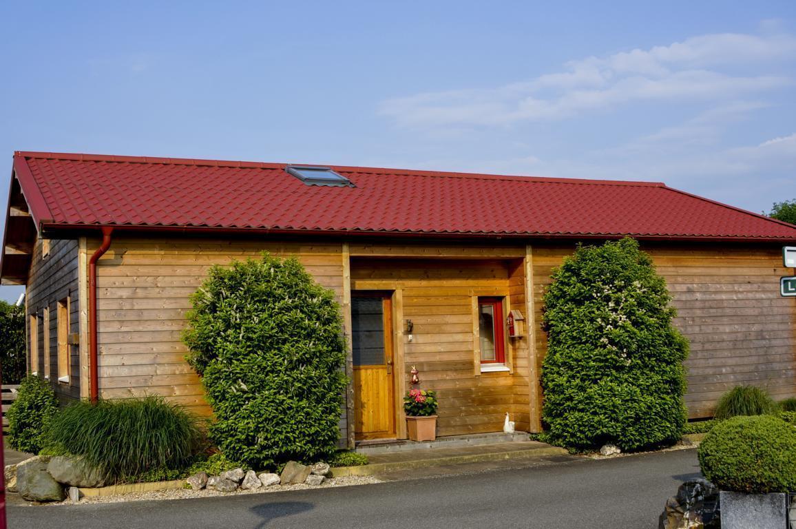 Sehr ansprechend eingerichtetes Holz Chalet mit komplett eingezäuntem Garten