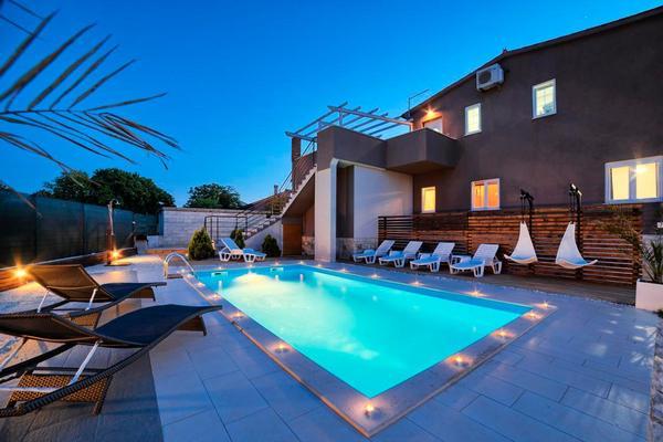 luxus villa nikolina mit beheiztem pool. Black Bedroom Furniture Sets. Home Design Ideas